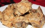 Свиные ребрышки в сливочно-грибном соусе