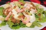 Салат c креветками, авокадо и яйцом