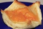Корзинки из слоеного теста с карамелизированными персиками