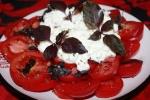 Салат из помидор с зернистым творогом и базиликом