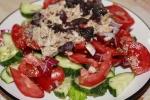 Овощной салат с тунцом и базиликом