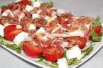 Салат с хамоном, черри и фетой