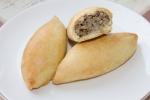 Печеные пирожки из песочно-дрожжевого теста с мясом и грибами
