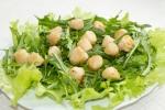 Жареные морские гребешки с зеленым салатом
