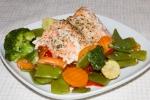 Красная рыба с овощами, запеченная в конверте из пергамента