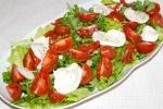 Салат с рукколой, моцареллой и черри