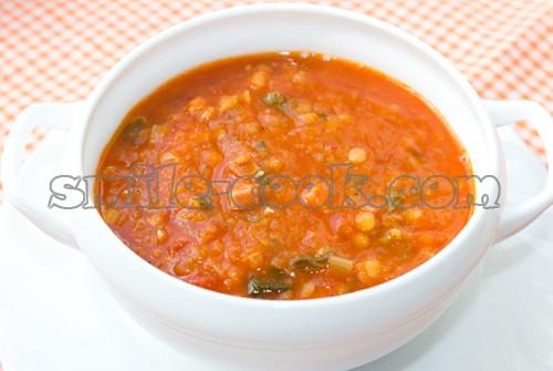 густой томатный суп с чечевицей и беконом