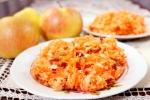 Витаминный салат из моркови, яблок, изюма и орехов