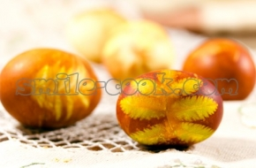 Яйца, крашеные в луковой шелухе