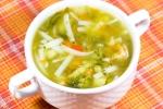 Суп со шпинатом, рисовой лапшой и овощами