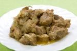 Мясо, тушенное с луком и специями в мультиварке