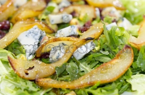 Салат с карамелизированными грушами, горгонзоллой и фисташками