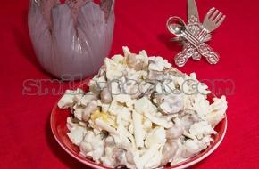 Салат с фасолью и гренками