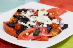 Салат из помидор, маслин и пармезана