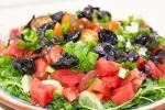 Салат с помидорами, маслинами и рукколой