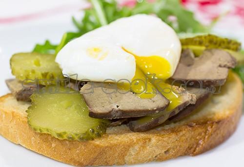 сендвич с печенью и яйцом пашот
