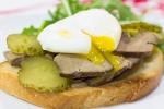 Сендвич с яйцом пашот и печенью