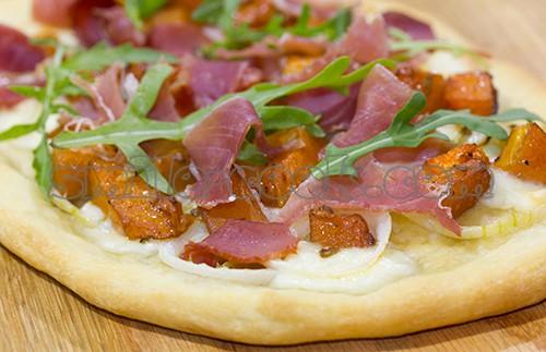 пицца с тыквой и ветчиной