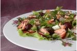Салат с семгой, редисом и вишней