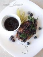 Запеченное куриное филе с ежевикой, голубикой и тимьяном
