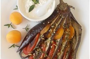 Запеченные баклажаны с помидорами и абрикосами под зерновым творогом