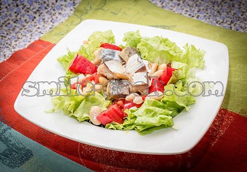 салат с копченой скумбрией и фасолью