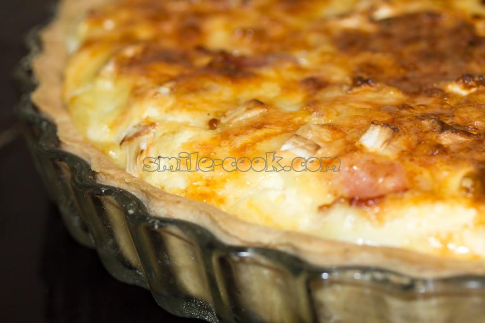 киш нормандский с луком, сыром и беконом